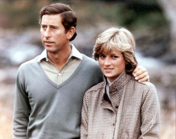 Những năm 1993-1995, cuộc hôn nhân rạn nứt của Diana và Thái tử Charles từng là chủ đề được quan tâm hàng đầu của dư luận nước Anh và giới truyền thông nước ngoài. Cho đến nay nhiều người vẫn chưa thể quên được câu nói nổi tiếng của Diana: Cuộc hôn nhân này có tới 3 người và dường như thế là hơi đông.