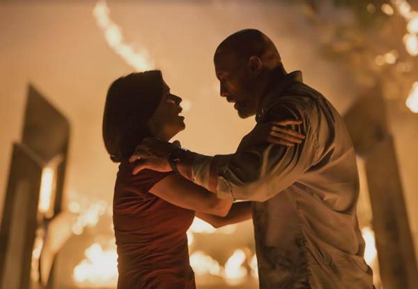 Cặpdiễn viên Neve Campell và The Rock trong vai hai vợ chồng.