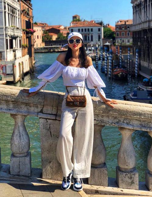 Thêm một thành viên gia nhập hội mê mệt áo trễ vai trắng tay bồng hè này là Hương Giang. Cô nàng cũng có cách kết hợp thông minh khi diện kèm quần linen mát mẻ để đi du lịch.