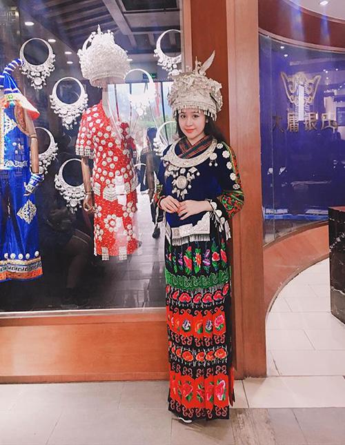 Bà Tưng trông lạ lẫm khi diện bộ trang phục kín đáo của các cô gái dân tộc, đi kèm phụ kiện cầu kỳ.