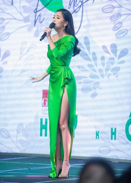 Bích Phương lại thả bùa yêu khiến fan chết mê khi khoe chân thon nuột nà trong bộ váy xanh lá cây ôm sát.
