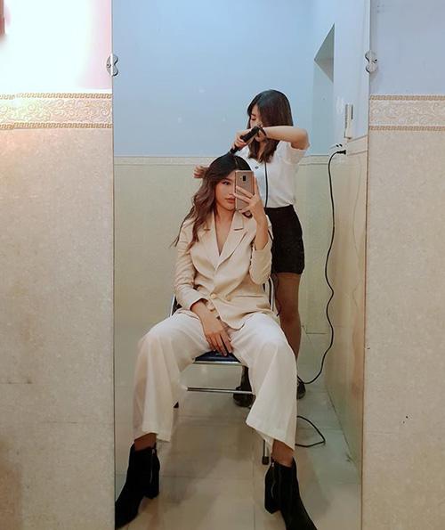 Quỳnh Châu khoe dáng ngồi cực men-lì khi đang trang điểm.