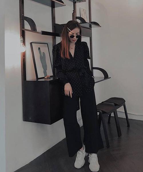 Yến Nhi mặc cả cây đồ đen nhưng không hề nhàm chán vì cô nàng kết hợp cùng một sneakers trắng hầm hố.