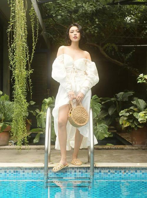 Kiểu áo trễ vai tay bồng như Tú Hảo đang diện được nhiều người đẹp yêu thích năm nay để khoe độ gợi cảm. Cô nàng mix với váy bèo nhún tông tuyệt xông và phụ kiện cói đúng chất hè.