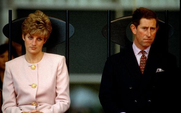 Trong cuốn sáchA Royal Duty, người quản gia thân thiết Paul Burrel đã tiết lộ thêm về câu chuyện ly hôn đau lòng của Diana. Ông cho biết, khi Thái tử Charles và Diana chính thức ly dị, Hoàng tử William khi đó mới 14 tuổi và đang theo học tại trường Cao đẳng Eton ở Windsor, Berkshire.