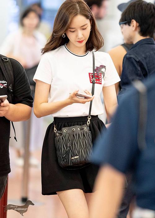 Jennie, Yeri khác lạ với phụ kiện cái xô, Yoon Ah khoe nhan sắc ở sân bay - 1