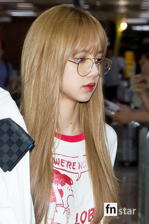 Em út Lisa sở hữu góc nghiêng thần thánh, mái tóc vàng giúp nữ ca sĩ có tạo hình như mẫu Tây.