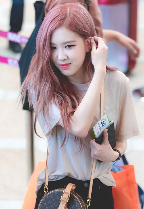 Rosé là fan cuồng của LV, ngoài túi Fanny Pack, cô nàng còn sở hữu chiếc túi tròn giá đắt đỏgây sốt trong thời gian qua.