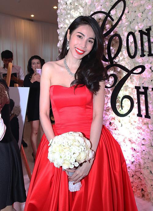 Thủy Tiên theo đuổi phong cách sexy nên chẳng ngại diện cả váy cưới và tô son đều có màu đỏ rực.