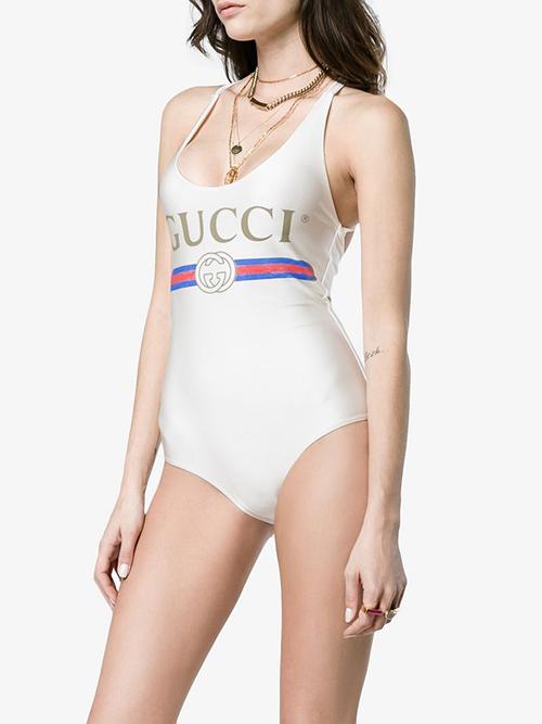 Chiếc áo Gucci đang rất được lòng các cô nàng xinh đẹp của Vbiz có giá không hề nhẹ nhàng, trên dưới 9 triệu đồng.