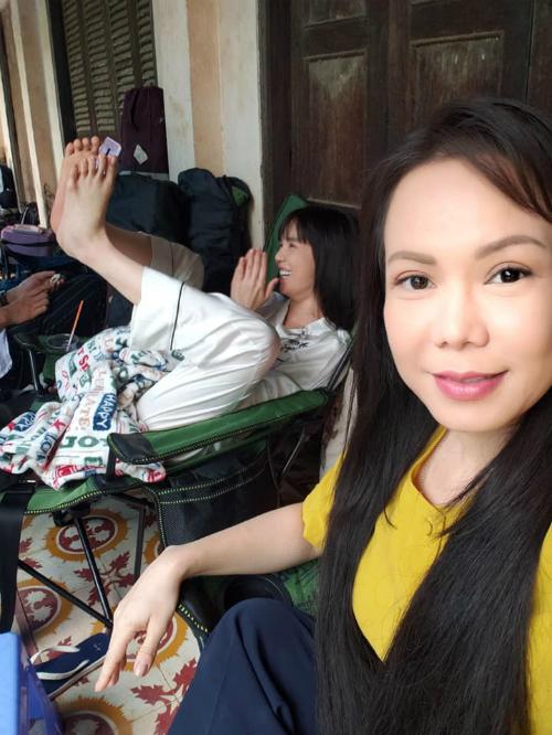 Ngọc Trinh bắt chước Việt Hương dùng chân pose ảnh selfie và bị đàn chị bóc mẽ.