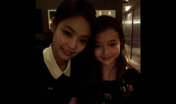 Hồi tháng 6, cô bé đã từng gây sốt khi chụp hình chung cùng cô nàng Jennie của Black Pink.