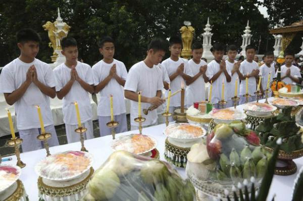 Buổi lễ nhận được sự quan tâm của đông đảo người dân cũng như truyền thông, và được phát sóng trực tiếp trên Facebook của chính quyền địa phương tỉnh Chiang Rai. Đây là nghi thức đầu tiên để bắt đầu khóa tu tập 9 ngày trong một ngôi chùa Phật giáo. Ảnh: AP