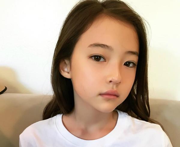 Thần thái sắc sảo của mẫu nhí được ví là Jennie tương lai
