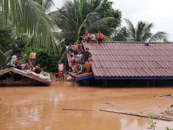 Làng mạc nơi đây đang chìm trong biển nước. Nhiều người dân sống tại ngôi làng này không kịp chạy đành chôn chân trên các mái nhà chờ cứu hộ.