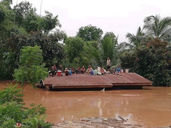 Nước ngập tận nóc nhà, người dân vật và nhìn nhà cửa, tài sản chìm trong biển nước. Hơn 6.600 người rơi vào tình cảnh mất nhà cửa do nước lũ.