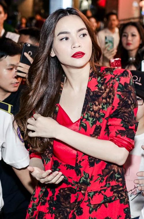 Không chọn phong cách gợi cảm thường thấy, Hồ Ngọc Hà diện bộ suit màu đỏ nổi bật với họa tiết floral thời thượng, khoe tối đa ưu điểm đôi chân dài nuột nà.