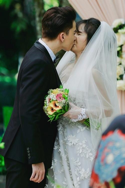 S.T cưỡng hôn Jang Mi trong phim.
