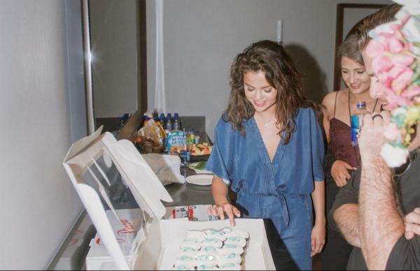 Trong những hình ảnh được chính Selena và bạn bè đăng tải, người hâm mộ rất vui mừng khi cô vẫn rạng rỡ sau những ồn ào vừa qua liên quan đến cuộc đính hôn bất ngờ của bạn trai cũ Justin Bieber. Theo nguồn tin củaHollywoodLife, năm nay cả Justin và The Weeknd đều không gửi hoa hay quà đến Selena như các năm trước.