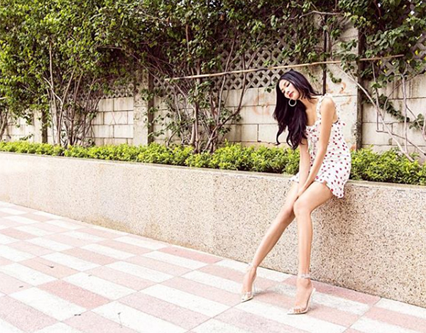 Hoàng Thùy xinh như búp bê trong chiếc váy họa tiết, khoe chân thon dài nuột nà.