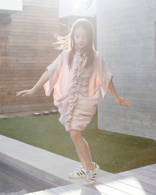 Thần thái sắc sảo của mẫu nhí được ví là Jennie tương lai - 7
