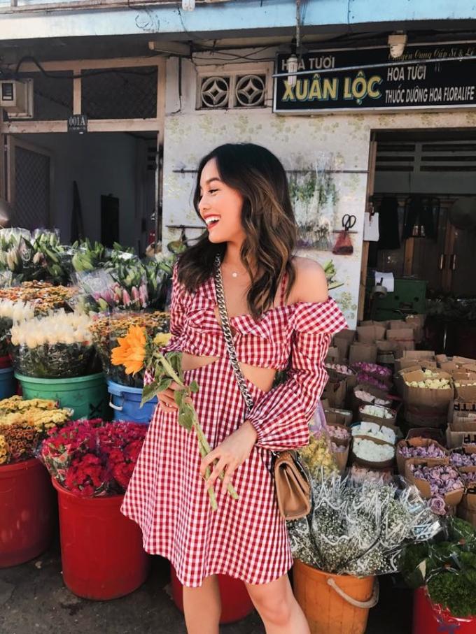<p> Cô chị Alexandra Hoang sinh năm 1994, có vẻ đẹp hiền dịu và phong cách ăn mặc khá nữ tính, dịu dàng.</p>