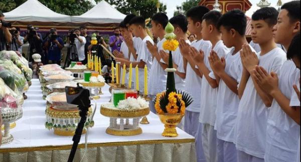 Reuters cho hay, Huấn luyện viên bóng đá Ekkapol Chanthawong cùng các chàng trai của đội bóng Thái Lan đã có mặt tại chùa Phra That Doi Wao (huyện Mae Sai, tỉnh Chiang Rai, miền bắc Thái Lan) để bắt đầu buổi lễ. Ảnh: Reuters