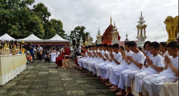 11 thiếu niên chính thức trở thành tín đồ tu tập trong khi Huấn luyện viên Ekapol được thụ phong tu sĩ Phật giáo bắt đầu từ 25/7. Theo truyền thống, nhiều người Thái được phong chức như các nhà sư Phật giáo khi họ đến tuổi, một việc được cho là mang lại phước lành và danh dự cho gia đình họ. Ảnh: Reuters