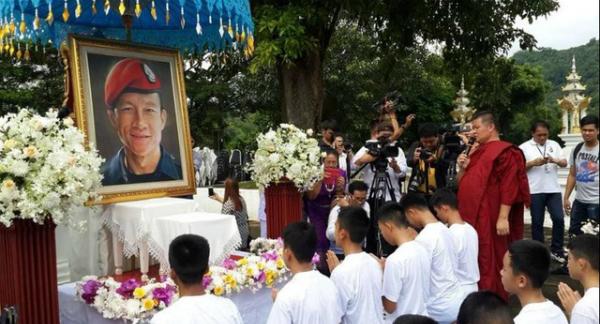 11 thiếu niên chính thức trở thành tín đồ tu tập trong khi Huấn luyện viên Ekapol được thụ phong tu sĩ Phật giáo bắt đầu từ 25/7. Theo truyền thống, nhiều người Thái được phong chức như các nhà sư Phật giáo khi họ đến tuổi, một việc được cho là mang lại phước lành và danh dự cho gia đình họ. Ảnh: ReutersHành động này như một lời hứa, tưởng niệm của những cậu bé, gia đình các em tới cựu đặc nhiệm hải quân Saman Kunan, người duy nhất thiệt mạng trong chiến dịch giải cứu đội bóng. Trước đó, hôm 18/7 sau một tuần cách ly trong viện, đội bóng nhí đã có buổi họp báo đầu tiên với truyền thông để nói về những ngày mắc kẹt đồng thời họ cũng chia sẻ về kế hoạch đi tu này. Ảnh: Reuters