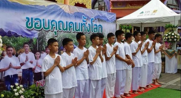 Thành viên duy nhất không tham gia buổi lễ là Adul Sam-on (14 tuổi), cậu là người theo đạo Thiên chúa giáo và sẽ không được thụ phong. Ảnh: Reuters