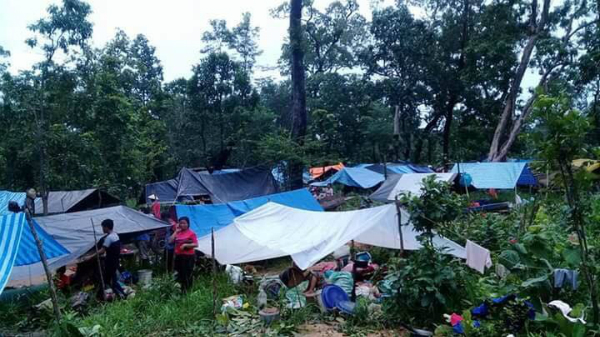 Sự cố vỡ đập khiến ít nhất 20 người thiệt mạng, hơn 100 người mất tích và đẩy hơn 6.600 người vào cảnh màn trời chiếu đất.Những video đăng tải trên ABC Laos New cho thấy người dân phải leo lên nóc nhà, sống vật vờtránh nước lũ chờ được giải cứu.