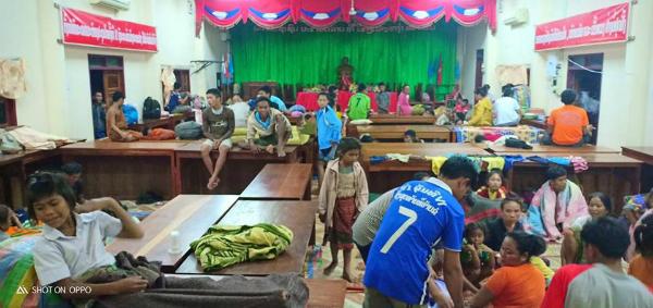 Một số khác được đưa ở tạm tại các trường học hay trụ sở chính quyền để chờ nước rút.