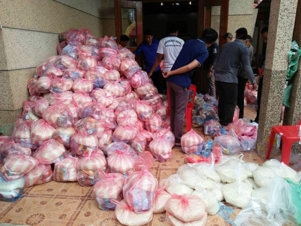 Trong khi đó, các tình nguyện viên chuẩn bị hàng cứu trợ cho người dân. Phía chính quyền tỉnh Salavan đã viện trợ cho người dân gặp nạn tỉnh Attapeu 10 tấn gạo, quần áo và tiền mặt giúp người dân khắc phục hậu quả sau sự cố để trở lại cuộc sống đời thường.