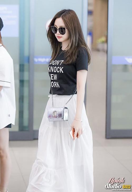 Bạn có thể chọn váy liền như Suzy hay chân váy dài như Na Eun đều trông rất phong cách.