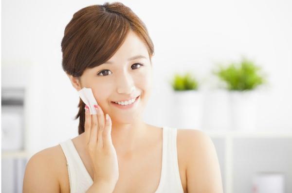 Việc làm sạch và dưỡng ẩm cho da mỗi tối là thói quen không thể thiếu với các cô gái Nhật Bản