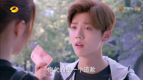 Lộc Hàm đóng vai hot boy trường học, hoàn hảo đến mức không có gì để chê ngoại trừ diện mạo như con gái.