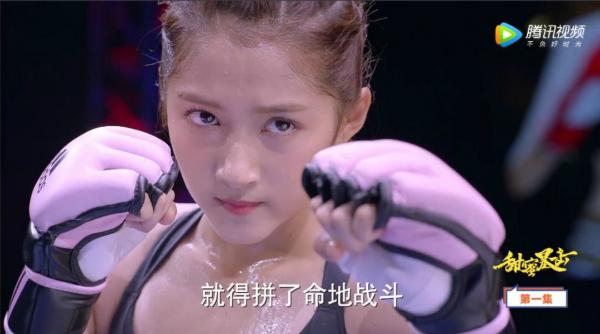 Quan Hiểu Đồng đóng vai nữ hoàng boxing lạnh lùng cao ngạo, đụng chuyện là đập tiền vào mặt người ta.
