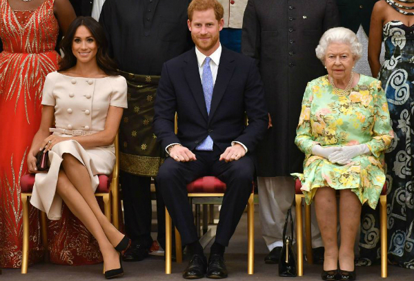 Ngoài ra, Nữ hoàng còn yêu cầu tất cả thành viên nữ trong gia đình, bao gồm cả Kate và Middleton và Camilla Parker, cúi đầu chào khi bước vào một căn phòng có sự hiện diện của bà. Ngay cả khi đó là một sự kiện chính thức hay không, Meghan cũng phải thực hiện nghi thức này.