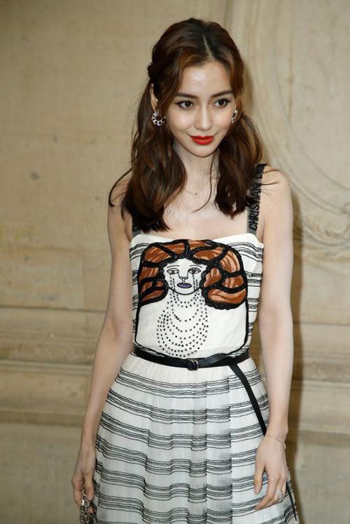 Đặc trưng của váy Dior là có phần cúp đẩy ngực nhằm tạo cảm giác vòng một đầy đặn hơn. Tuy nhiên với những người mình hạc xương mai như Angelababy thì kiểu váy này càng tố cáo cô có bộ ngực lép kẹp, dù được đôn đẩy nhưng vẫn phẳng lì.