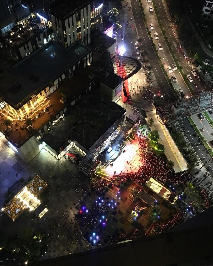 <p> Hiện tại không gian về đêm tại khu vui chơi này đang nhộn nhịp, hút hàng nghìn người đổ về tham quan.</p>