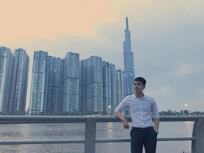 <p> Bên bờ sông Sài Gòn chiều hoàng hôn có thể ngắm được tòa nhà phía sau.</p>