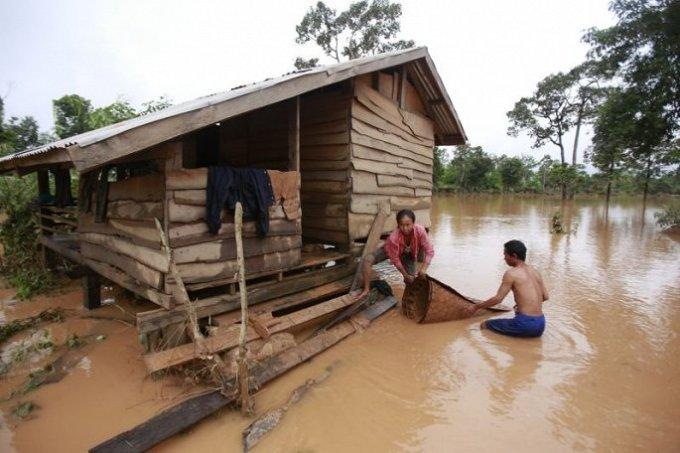 <p> Sự cố xảy ra tại đập thủy điện Xepian-Xe Nam Noy ở tỉnh Attapeu, phía nam Lào vào cuối ngày 23/7 khiến 6 ngôi làng ở hạ lưu chìm trong biển nước, theo Hãng thông tấn<em> Laos News Agency.</em></p>