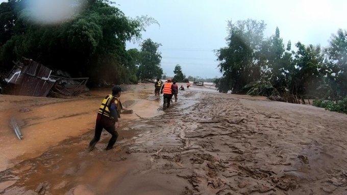 <p> Giới chức Lào không thông báo chi tiết về thiệt hại ở những vùng thiên tai nhưng cảnh hoang tàn sau khi lũ rút đủ để thấy sức tàn phá của thảm họa.</p>