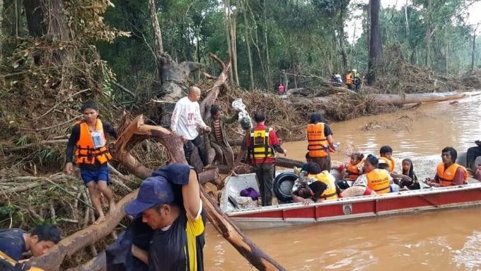 <p> Trước đó, tờ <em>Vientiane Times </em>cho hay có khoảng 19 người đã chết và hơn 3.000 người chờ giải cứu, người dân phải leo lên nóc nhà, sống vật vờ tránh nước lũ. Tuy nhiên, hôm thứ năm 26/7, tờ này đính chính thông tin dẫn từ Thủ tướng Thongloun Sisoulith, theo đó số người mất tích là 131, và chỉ có một người thiệt mạng, tất cả những người tìm nơi trú ẩn trên nóc nhà, cây đều đã được an toàn.</p>