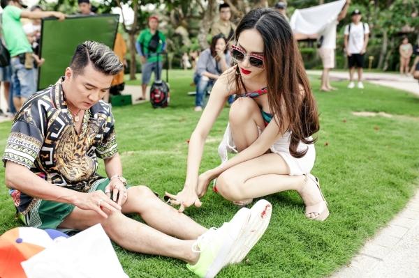 MV mới của Mr. Đàm về sự hợp tác của nam rapper tài năng Binz với phong cách bứt phá, nổi loạn so với tuổi thật của anh. MV Hello còn có sự góp mặt của các nghệ sĩ nổi tiếng: Trấn Thành, Thánh Catwalk, Hữu Vi, Lương Bằng Quang. MV Hello sẽ được ra mắt ngày 1/8.