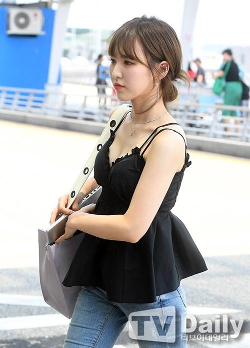 Ngày 27/7, dàn sao nhà SM ra sân bay đến Nhật, chuẩn bị cho concer chung SM Twon. Wendy tích cực khoe dáng sau khi giảm cân thành công. Chiếc áo hai dây, khoét sâu vô tình khiến thành viên Red Velvet lộ vòng một gợi cảm.