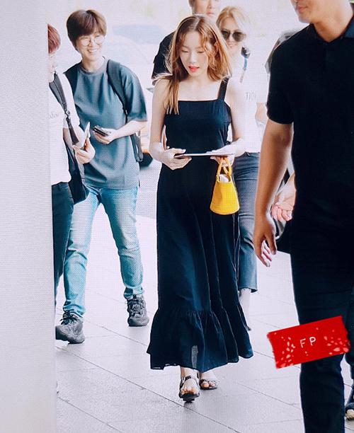 Tae Yeon đều 30 tuổi nhưng nhan sắc không hề kém cạnh đàn em. Váy maxi là item luôn gây sốt khi vào hè, thành viên SNSD đổi style tóc mái dài, xoăn rễ hàng.