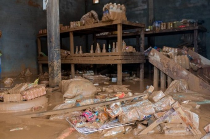 """<p> Sau cơn """"đại hồng thủy"""", nhiều ngôi nhà vẫn còn dấu tích ngập đến tận nóc. Đồ đạc, tài sản đều bị cuốn trôi, đẩy người dân vào cảnh tay trắng.</p>"""