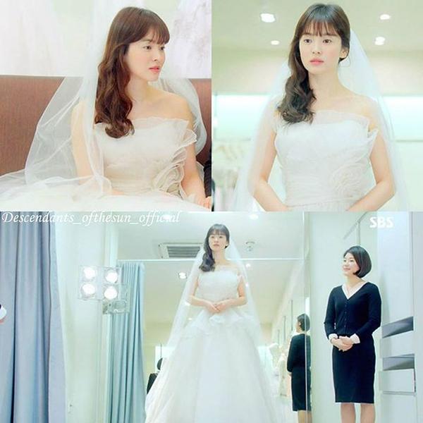 Tính cách dịu dàng, ngây thơ của Song Hye Kyo trong Gió đông năm ấy được tôn lên nhờ bộ váy xếp bồng cầu kỳ, màu trắng tinh khôi giống hệt các mỹ nhân bước ra từ truyện tranh. Thiết kế dáng quây nhưngnhưng xếp vải khéo léo ở ngực nên không tạo cảm giác quágợi cảm. Chất liệu tulle vừa giữ được phom bồng bềnh, vừa tăng vẻ trẻ trung, ngây thơ cho Song Hye Kyo.