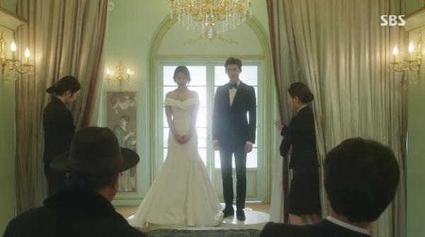 Bộ váy trễ vai khéo léo khoe vòng một, phom đuôi cá giúp thân hình của Park Shin Hye trông mảnh mai, cao ráo, eo gọn gàng hơn. Với những ưu điểm đó, đây vẫn là một trong những bộ váy cướiđẹp nhất trong phim Hàn.